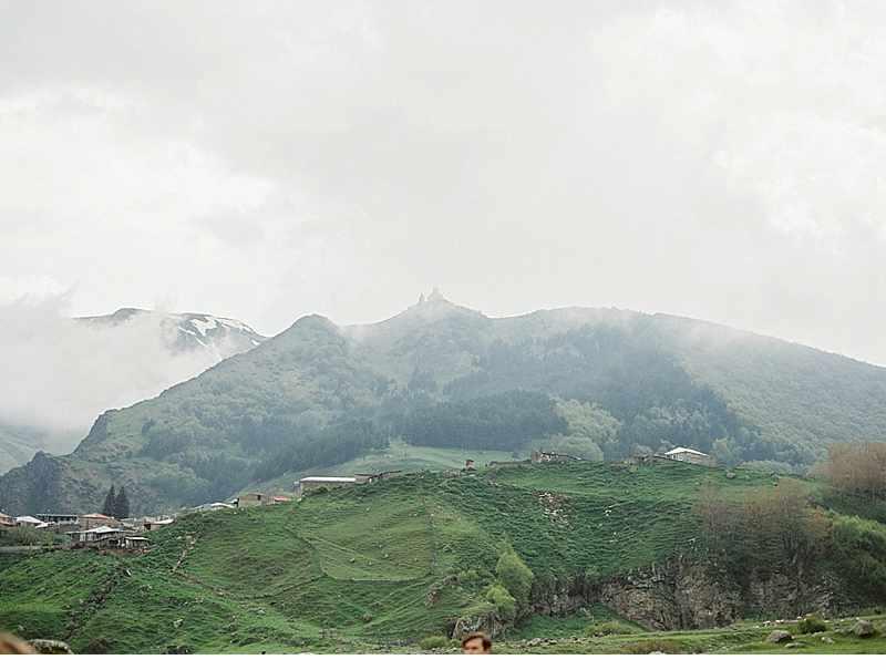 bluehende-liebe-hochzeitsinspirationen-berge-natur_0014