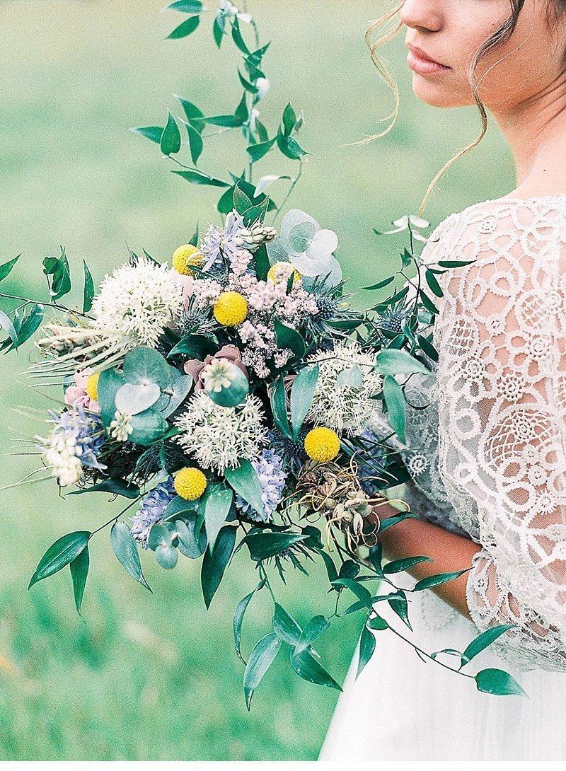 mediterrane-hochzeitsinspirationen-brautkleid-hochzeitsblumen-hochzeitsdeko_0001