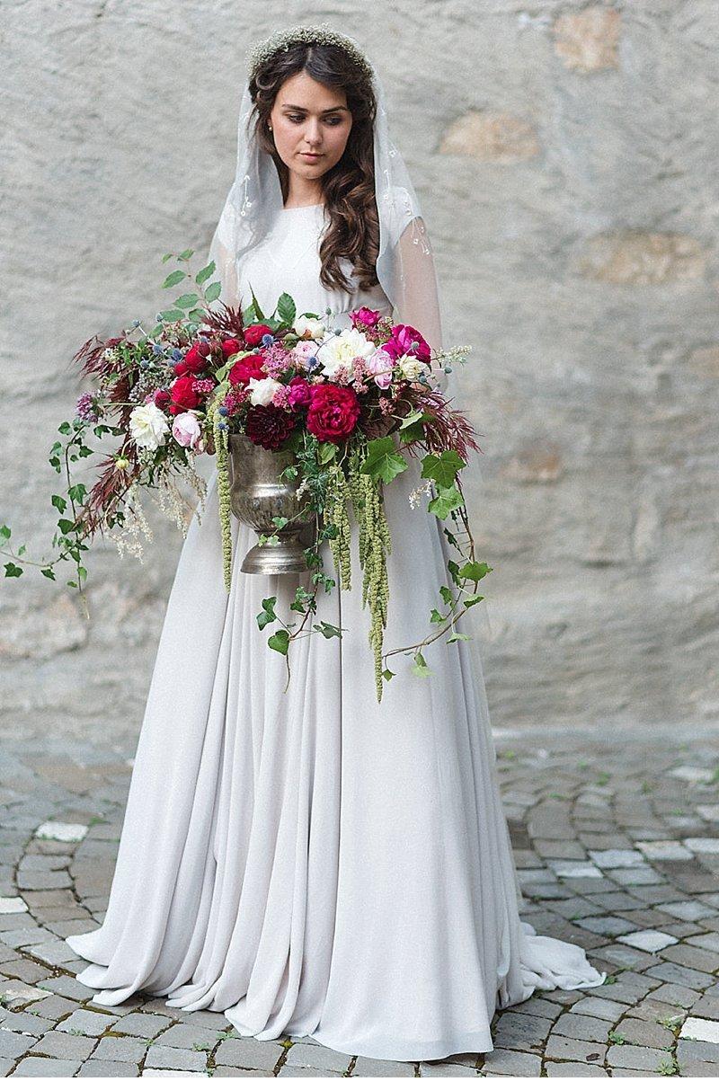 romantisch-hochzeitsinspirationen-hochzeitsblumen-brautpaar_0008a