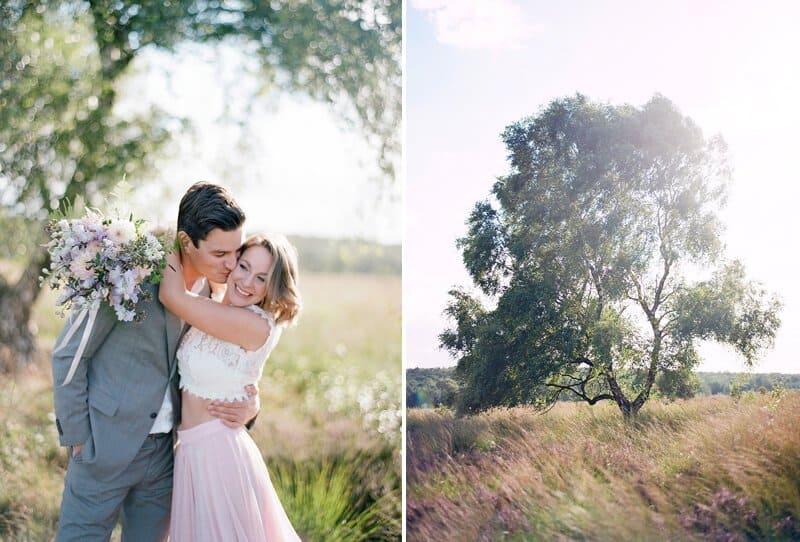 Liebe im fliederfarbenen Blumenfeld von Audra Wrisley Photography