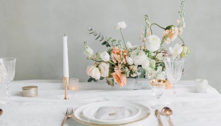 Federleichter Hochzeitstraum mit einem Hauch Peach von Gabriela Jarkovska