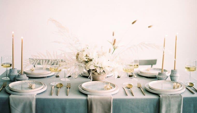 Federleichte Hochzeitsinspirationen in Grau-Weiß Tönen von Luna de Mare Photography